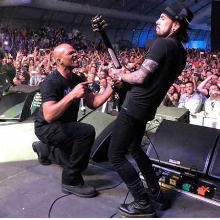 Dave Navarro rocking on stage, source Instagram