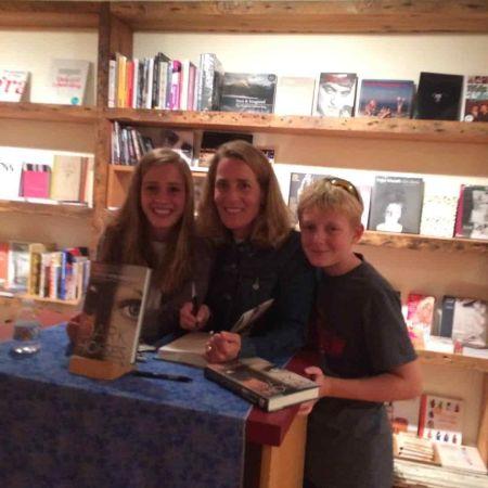 Ziegesar signing books with her children