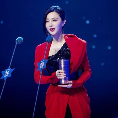 Fan Bingbing receiving an award. Source Instagram