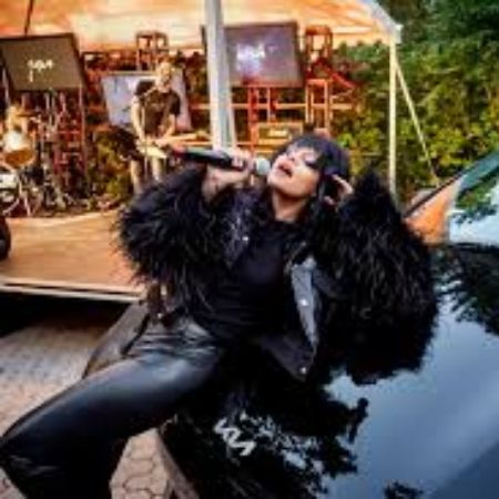 Fefe Dobson performing live, source Facebook (1)